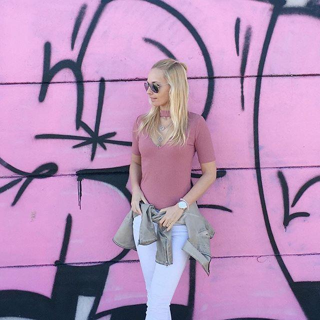 I have this thing about graffiti. 🆒 . . . #sunday #sundayfunday #graffiti #pink #instafashion #instastyle #instadaily #ootd #wiw #blogger #fashionista #f21xme  #spring #budapest #mik #ikozosseg #divatblogger #inspiration #girly #streetstyle #bestofstreetchic