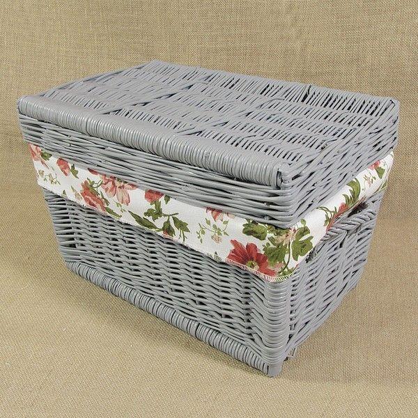 Wiklinowy kufer z płaskim wiekiem - szary obszyty materiałem (czerwone róże)