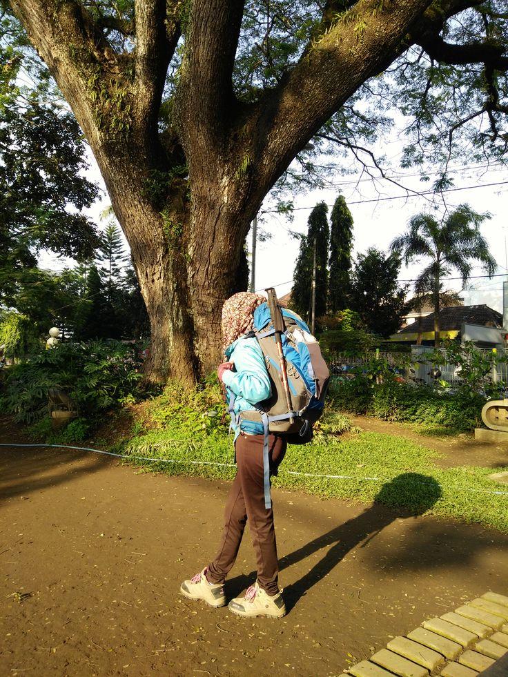 Menyediakan beberapa tips untuk mengemas pakaian dan beberapa perlengkapan ala backpacker