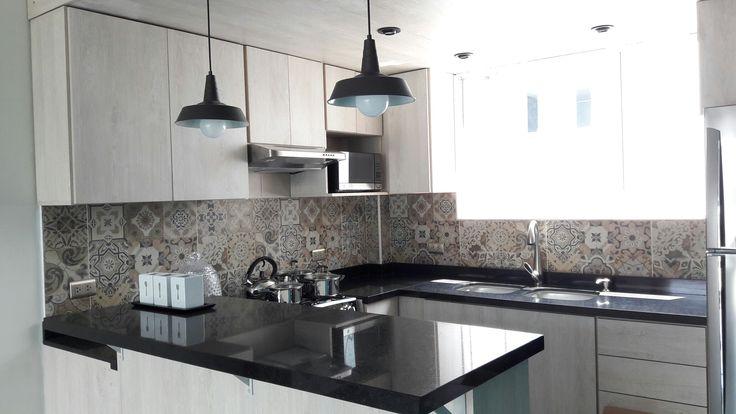 Cocina abierta con un toque marroquí y moderno - Remodelación de departamento Huandoy / NNOA Arquitectos