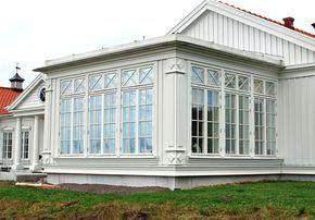 Veranda med fönster från fabriken i småland
