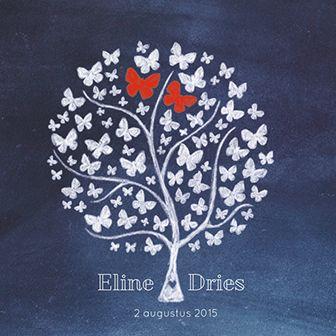 Een huwelijksuitnodiging met een boom vol vlinders, waarvan twee roodgekleurd zijn. Klaar om samen aan de toekomst te beginnen.