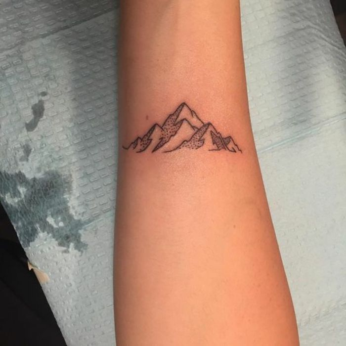 tatouage montagne, mini tatouage, dessin simple et stylisé, tatouage  discret femme