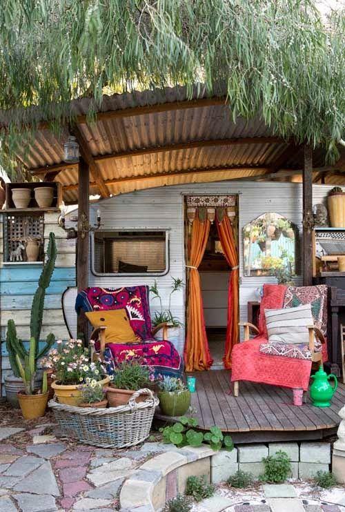 un jard n con caravana hippie a garden with a hippie. Black Bedroom Furniture Sets. Home Design Ideas
