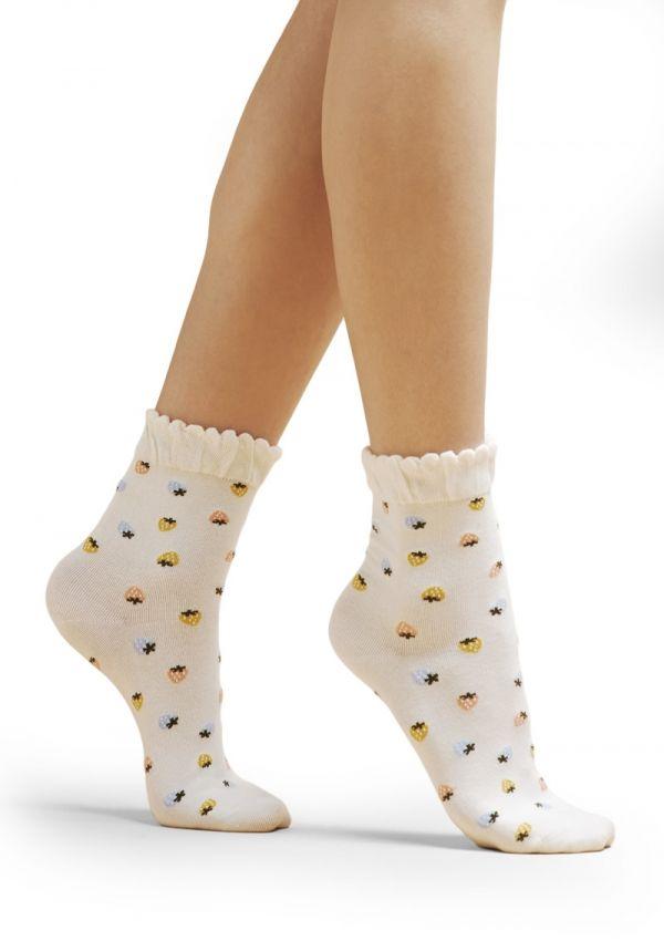SKARPETKI BAWEŁNIANE D72 Skarpetki bawełniane  Skarpetki zdobią małe, urocze truskawki. Wykończone są szerokim, lekko marszczonym ściągaczem. Nieuciskające, niezmiernie wygodne dla Twoich stóp. Wykonane z najwyższej jakości bawełny.