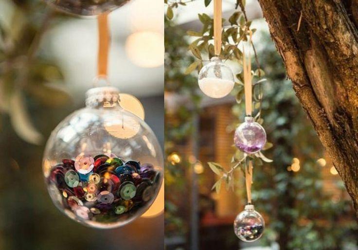 Moderne Weihnachtsdeko Wird Leicht Von Altem Weihnachtsschmuck Gemacht.  Lametta, Accessoires, Naturmaterialien Und Farbe, Wie Gold, Silber Und Weiß  Werden
