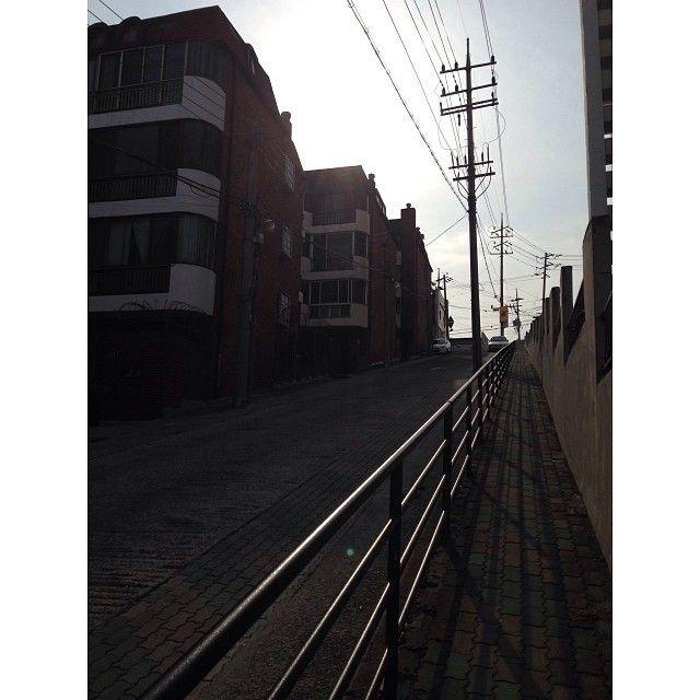 tigger42 / #20140116 #daily #someday #memories #street #korea #town #골목 #일상 #봉덕동 #앞산가는길 #추억 이렇게 가파른 길은 또 오랫만이었다- 친구랑 이런 저런 얘기나누며 걷는 이 순간이 #자유 / 대구 남 봉덕 / #골목 #비탈 #길 / 2014 01 16 /