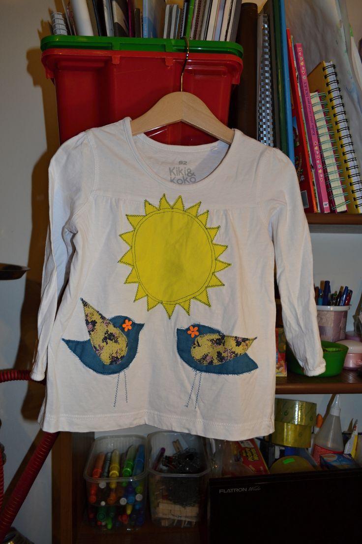 Origo+recyklo+tričko+s+ptáčky+a+sluníčkem+S+origo+aplikací,+knoflíčky.+Chiličku+nosila+dcera,+v+dobrém+stavu.+Vel.+92.+Šířka+v+volně+v+podpaží+2x30,+délka+38+cm.+100%+bavlna.
