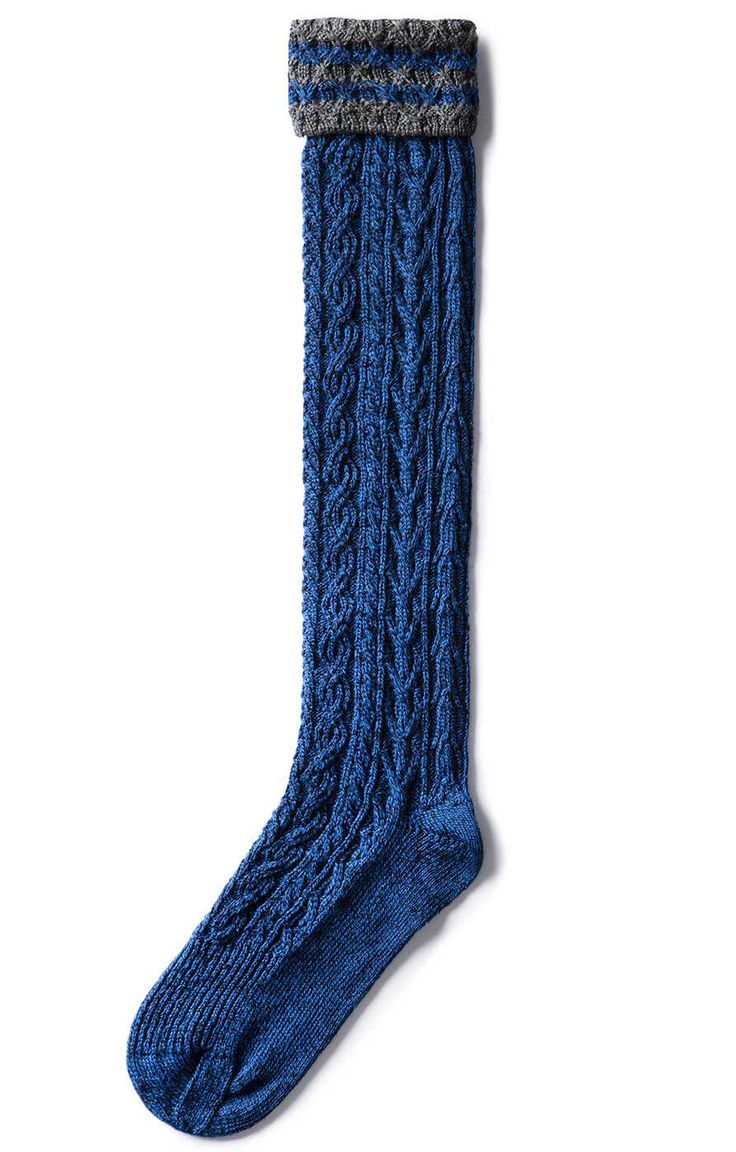 Elegante Samtweste für Herren. Die Trachtenweste Gilet Ricardo royale von Stockerpoint leuchtet in strahlendem Blau. Die silbernen Knöpfe sorgen für einen weiteren optischen Akzent. Das Innenfutter des Samt-Gilets ist in einem Mittelbraun gehalten und spielt gut mit den ebenfalls braunen Säumen der Weste und den Rändern der aufgesetzten Taschen zusammen. Das dezente Braun bildet einen schönen Kontrast zum leuchtenden Blau der Weste. Der kurze Stehkragen ist durch eine Stickerei verziert, die…