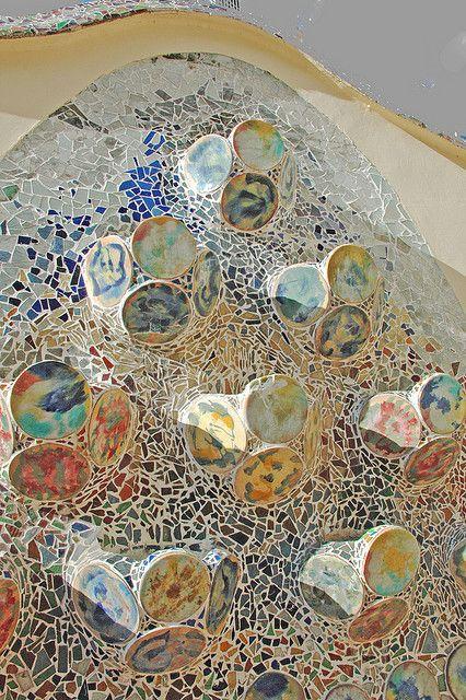 Gaudí. Entre otras cosas, se puede destacar la aplicación a la arquitectura de técnicas de decoración artesanas (vidrieras, hierro forjado, muebles diseñados por él mismo) y su singular empleo de los mosaicos de fragmentos de cerámica de vivos colores.Casa Batlló .