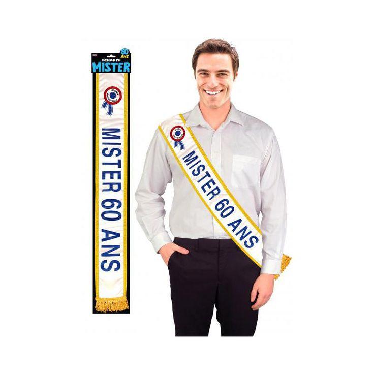 """Un proche entame une nouvelle décennie ? Faite de lui le roi de la soirée en lui offrant cette superbe écharpe """"Mister 60 ans"""". Satinée aux bordures dorées, écriture bleu pailletée, franges dorées et cocarde tricolore, cette écharpe s'apparente aux écharp"""