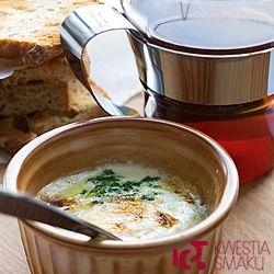 Jajka zapiekane z masłem i śmietanką. Przepis na śniadanie z jajek.