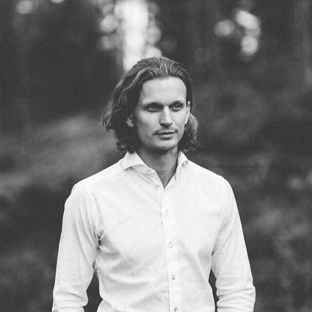 Black and white groom - Losby Gods, Norway. www.maxfoto.no - Photographer Jon M Sandbu