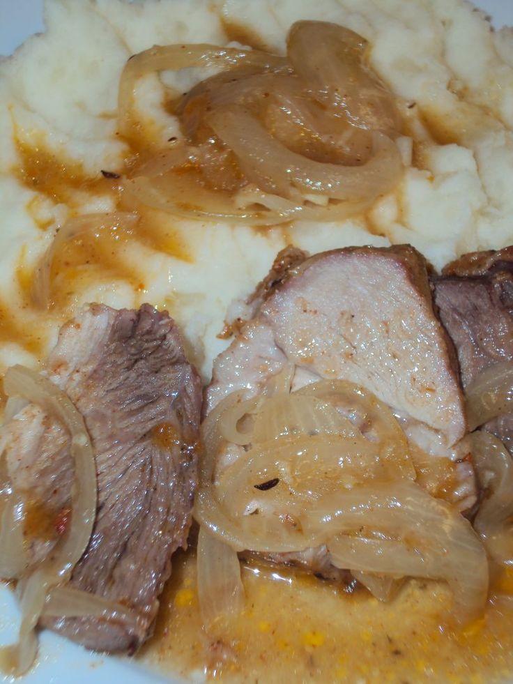 Pečené maso: Maso omyjeme, rozkrojíme na menší kousky (v mém případě 4), osolíme, pomažeme lisovaným česnekem. Do plechu dáme trochu sádla nebo oleje (kdo...