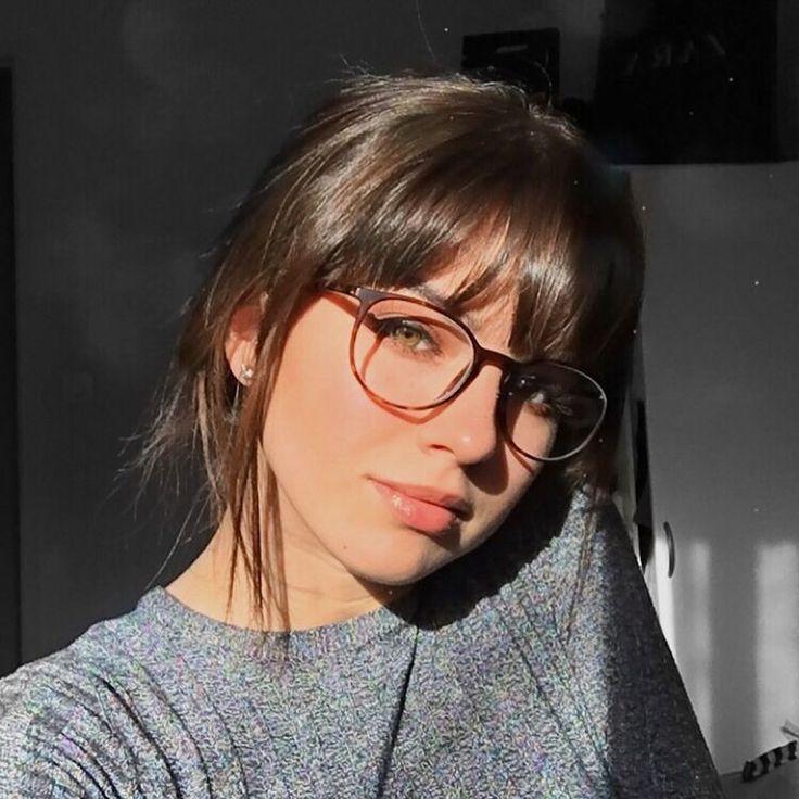 Dünnes Girl Mit Brille Masturbiert