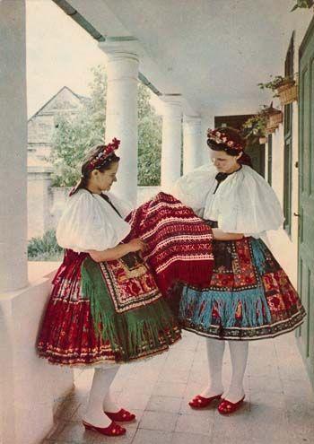 De vrouwen dragen het traditionele kostuum van Sárköz.