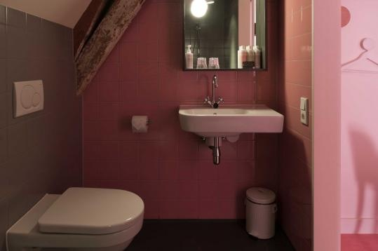 This cute pink bathroom is located in hotel MaryK in Utrecht. The homy ambiance and great design makes this hotel a star. http://coolrooms.nl/trendy-hotels/mary-k-hotel