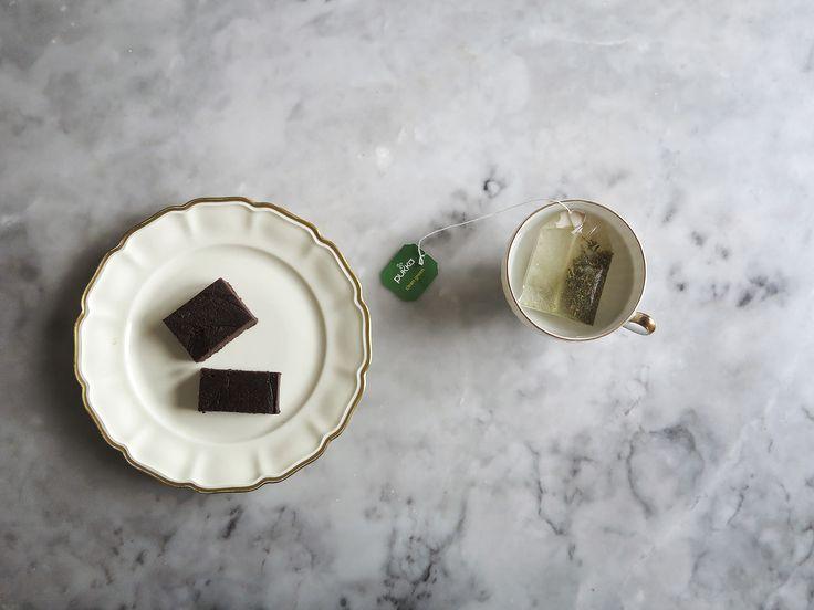 I dag ska vi baka ett himmelskt gott adventsmys med kakao, dadlar ochsvarta bönor. Svarta bönor?Hallå? Sa vi verkligen svarta bönor? Yes, 2,5 dl svarta bönor. Och så 1 dl kakao, 1 dl dadlar, 4 msk mandelsmör, 2 msk kokosolja, 1 nypa salt och lite vaniljpulver. Rätt ner i en mixer och sedan kluttar du …
