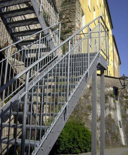 Zweiläufige Wangentreppe, verzinkt mit Gitterroststufen und Zwischenpodest