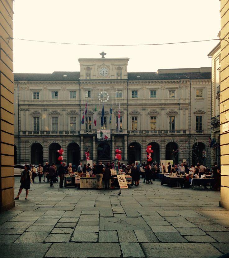 Piazza Palazzo di Città,  23 Aprile 2015 Portici di Carta per Sant Jordi