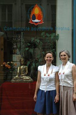 Manibhadri et Vassika devant le centre bouddhiste Triratna de Paris