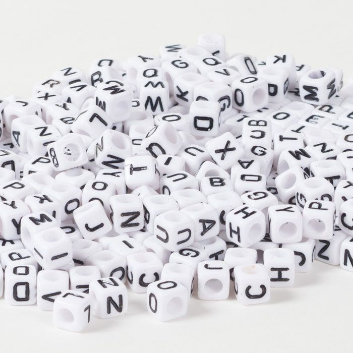 Buchstabenperlen aus Kunststoff in Würfelform.