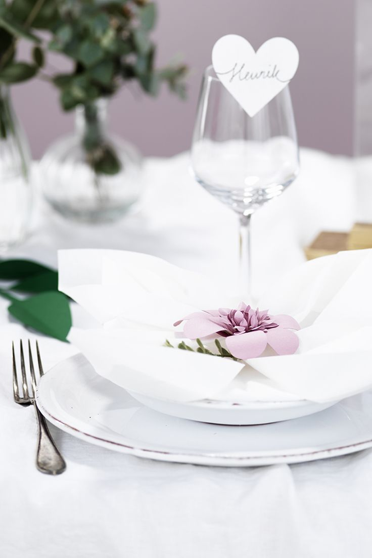Table setting www.pandurohobby.com #wedding #flowers #diy #justmarried #purple #pink #tablesetting #bröllop #bröllopsdukning #dukning #placeringskort #bryllup