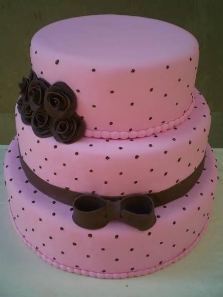 bolo rosa e marrom com laço e rosas R$ 225,00