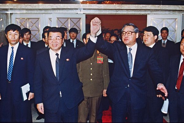 Prime Minister Chung Won-shik of South Korea, right, with Prime Minister Yon Hyong-muk of North Korea in Seoul, after signing a pact of reconciliation between their countries, in December 1991. (Kim Jae-Hwan/Agence France-Presse — Getty Images)