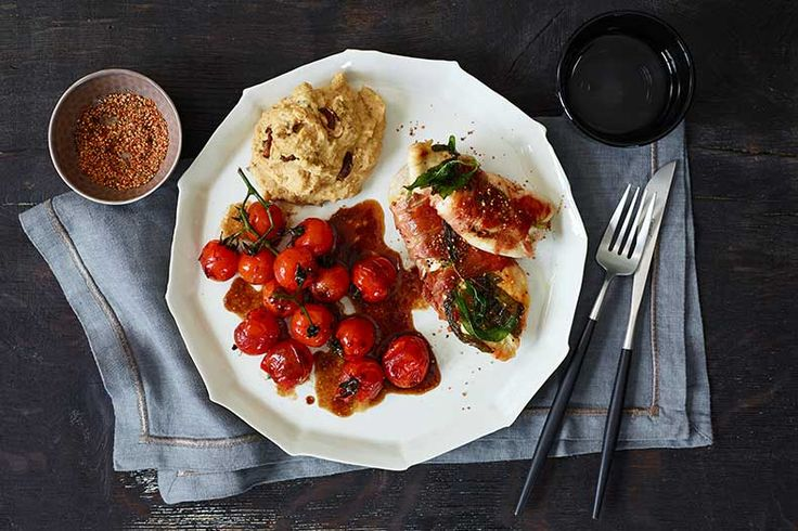 Hähnchen-Pfeffer-Saltimbocca mit cremiger Steinpilzpolenta und Zimt-Tomaten