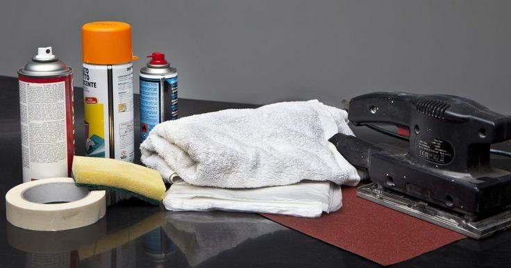 Cómo pintar plástico con pintura en aerosol. Debido a que el plástico es una superficie lisa y pulida, es poco apto para las brochas y rodillos estándar, que pueden dejar defectos sutiles en el acabado final. Puedes generar un acabado suave y de aspecto profesional en una superficie de plástico mediante la pintura en aerosol. Antes de precipitarte en el proceso de aplicación de pintura, ...