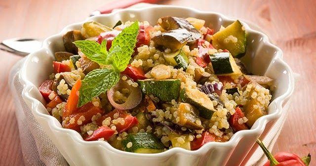 Υγιεινή πρωτότυπη σαλάτα με κινόα, κοτόπουλο και λαχανικά