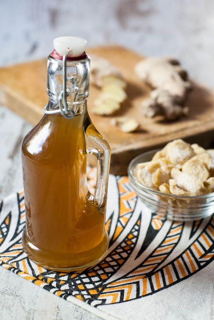 Το ginger ale είναι από τα αγαπημένα μου αναψυκτικά. Τώρα πια το φτιάχνω εύκολα και μόνη μου, συνδυάζοντας αυτό το σιρόπι πιπερόριζας με σόδα ή ανθρακούχο νερό. Το τζίντζερ που περισσεύει το κάνω «κρυσταλλωμένο» για να έχω να μασουλάω ή να βάζω σε γλυκά.