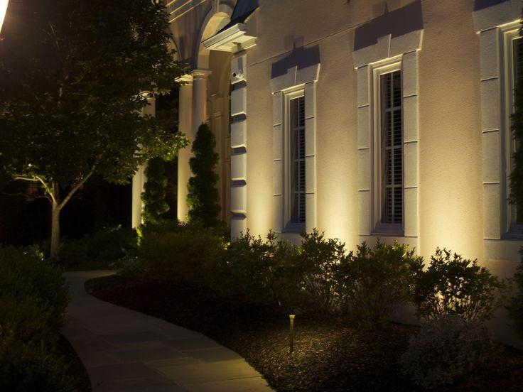 Fin jämn fasadbesylsning som visar och förstärker arkitektur inte styckar upp i fläckar indirect lightingpath lightsfacade lightinglandscape