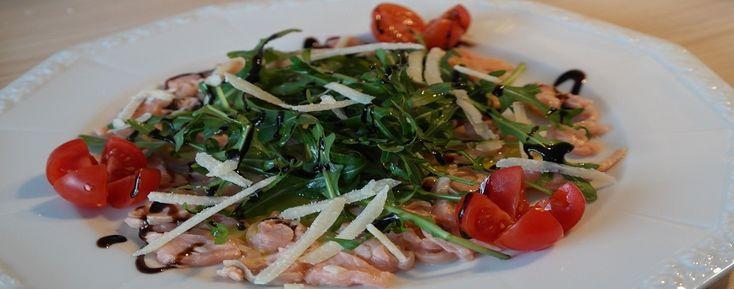 Salmone marinato con rucola, pomodori e caciotta