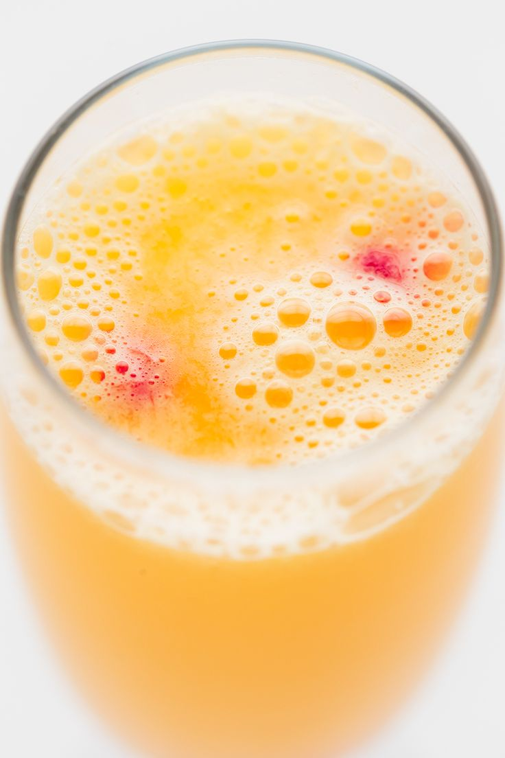 Looking for a non-alcoholic mimosa recipe? Try this easy Kombucha Mimosa Mocktail! It's delicious, made with just 2 ingredients, healthy, ready in less than 5 minutes and supports the digestive system. Besides, it's the perfect drink for your Sunday brunch menu and for New Year's Eve.