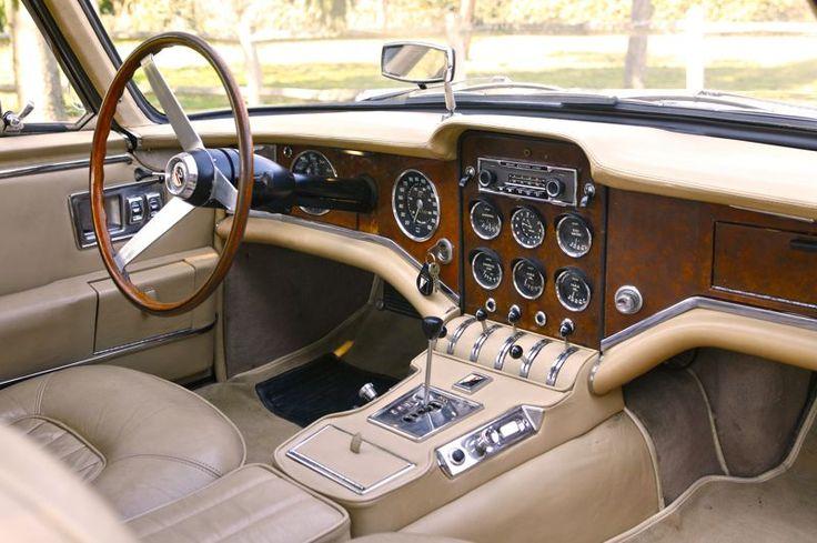 Présentée par certains comme la plus belle voiture française de l'après-guerre et le dernier vrai haut de gamme tricolore, la Facel Vega II de 1962 multiplie les raffinements. La particularité de l'imposante planche de bord est d'être en tôle peinte imitation bois . La constellation de cadrans informant sur la santé du V8, les basculeurs et l'autoradio Grundig contribuent à l'originalité de la réalisation.