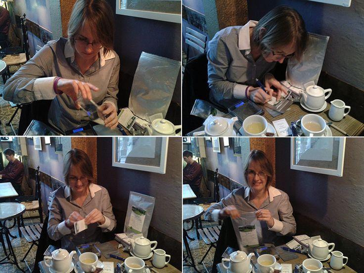 Valentina preparándome unas muestras de té