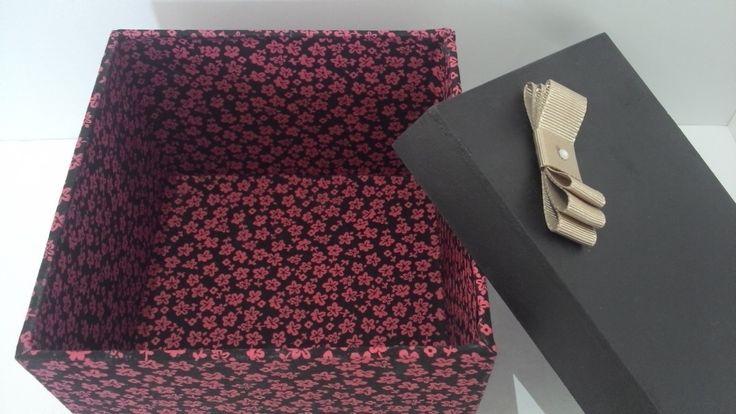 Caixa em mdf revestida com tecido estampado e pintura, laço gorgorão .  Ideal para presentear padrinhos em casamentos.  Espaço para canecas ou toalhas.  *consulte a disponibilidade de tecido.