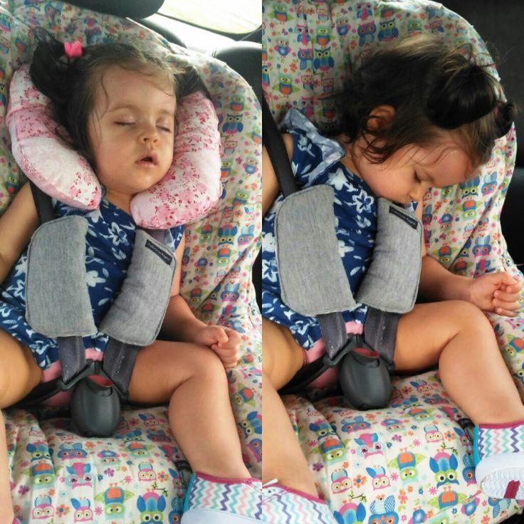 Protetor de Pescoço para Bebê Conforto e Cadeirinha.    Protegerá o pescocinho do bebê para que não fique balançando com os movimentos do carro.  Regulável com velcro na cabecinha do neném.    Par de Protetorzinho de Cinto.  Agora seu bebezinho não ficará incomodado com o cintinho do bebê confort...