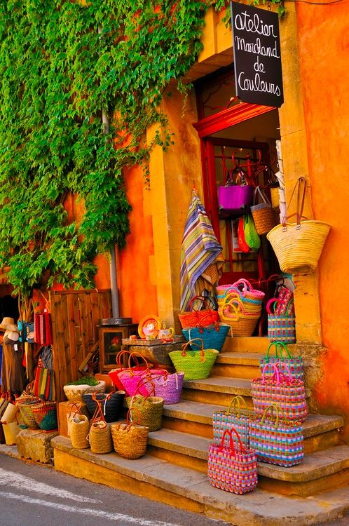 Colorful bags in the market // Bolsas de colores en el mercadillo