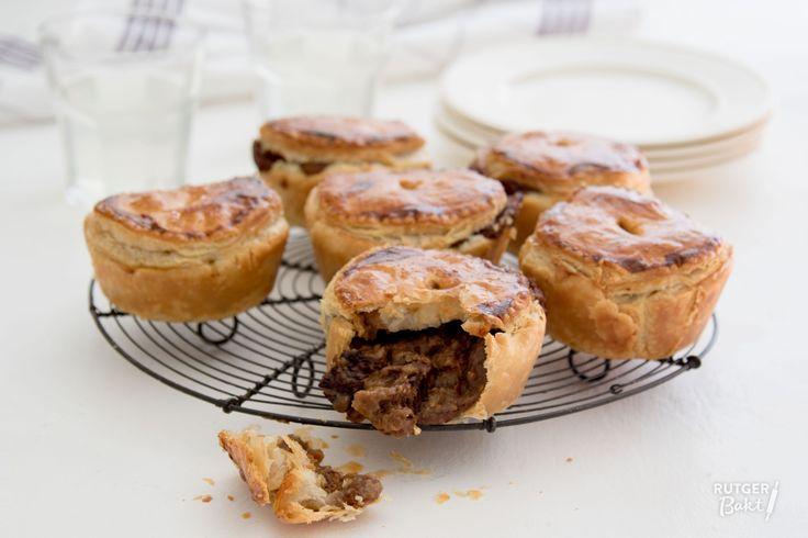 Met dit recept maak je meer stoofvlees dan je voor de mini-pies nodig hebt, maar dat is echt helemaal niet erg! Deze taartjes zijn altijd lekker!