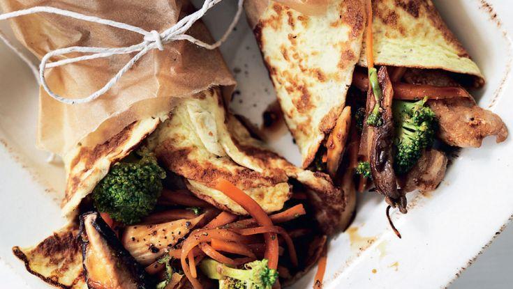 Disse madpandekager kan bruges til alting. Her har de fået smag af det asiatiske køkken, men du kan sagtens vælge at lave dem med noget helt andet fyld efter din personlige smag