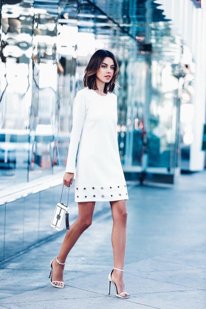 vestido tachonado blanco con sandalias de tiras