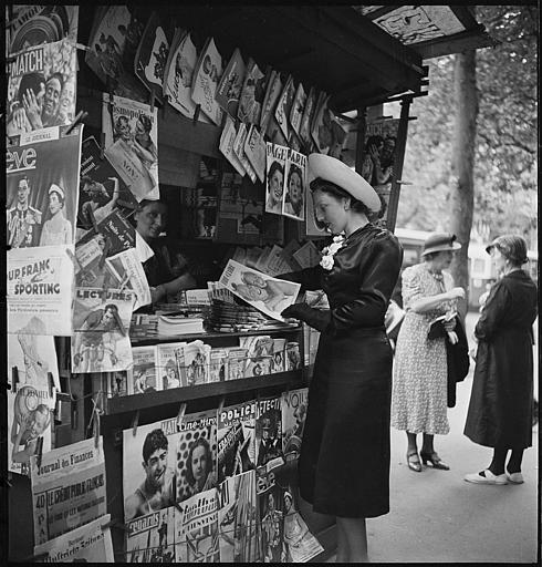 Jeune femme achetant Marie Claire dans un kiosque, Paris, 1938 (Marcel Bovis)