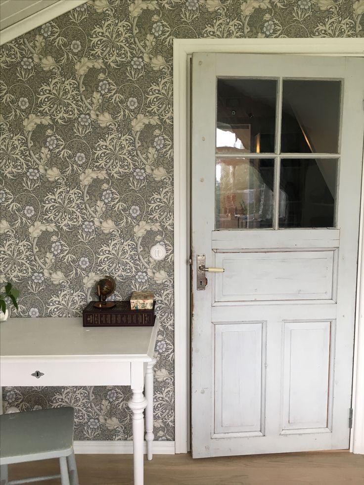 Gammal dörr och William Morris seaweed i sovrum