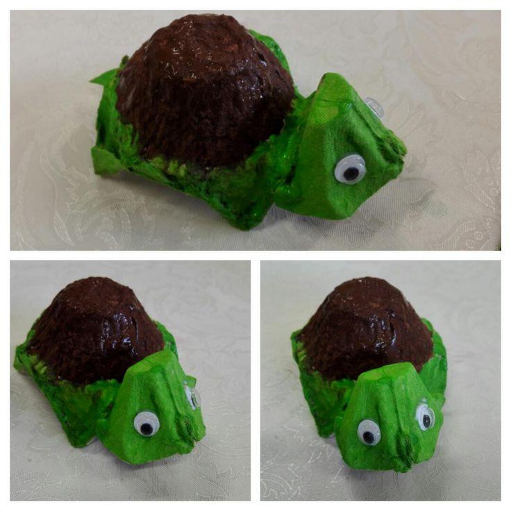 Tässä on kilpikonna Kenno. Hauska ja söpö lemmikkiaskartelu kananmunakennoista. Kilpikonnan pää on ison munakennorasian reunasta leikattu...