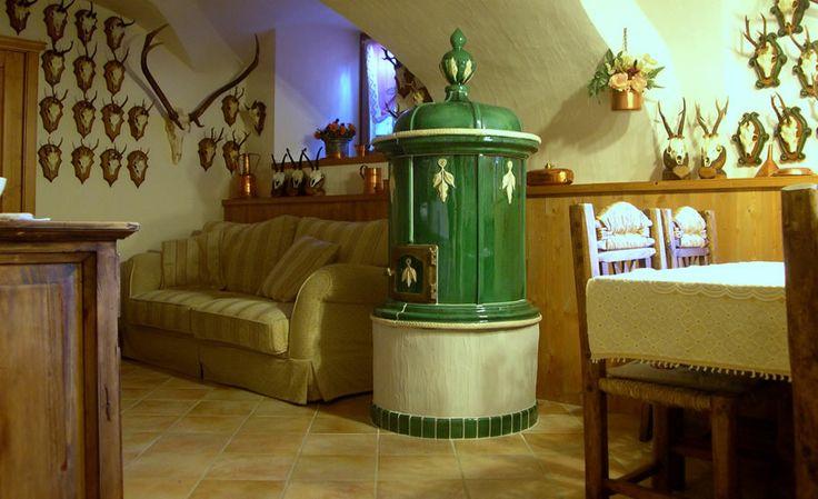 STUFA A OLE PICIOLA Stufa in maiolica di forma circolare, stufa a legna di ottimo rendimento e ridotte dimensioni per i locali di media e piccola grandezza. #stufecollizzolli #handmade #fattoamano #madeinitaly #artigianato #design #italy #arte #qualita #home #casa #arredamento #processoartigianale #ceramica #maiolica #argilla #cotturainforno #pittura #incisioni #rilievi #decorazioni #trentino