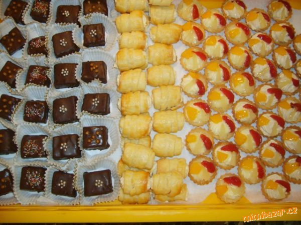 Punčové kostky, trubičky z kysané smetany a ovocné košíčky
