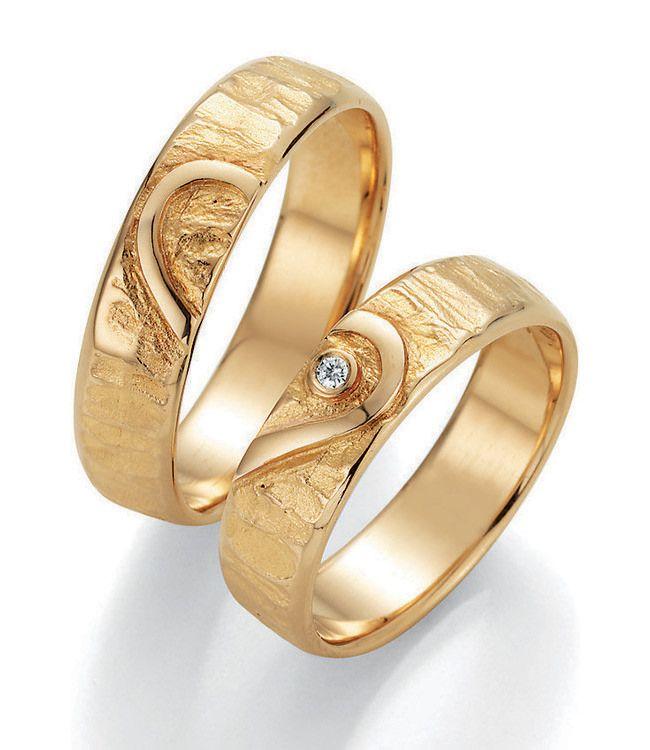 Signs of Love. Wunderschöne Eheringe aus Gelbgold mit einem außergewöhnlichen Design.